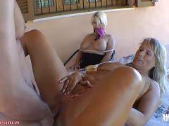 Mädchen masturbiert vor Mama