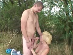 Geiler Outdoor Sex mit fickriger Oma