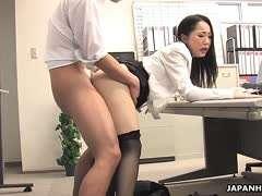 Japan Girl macht im Buro die Beine breit