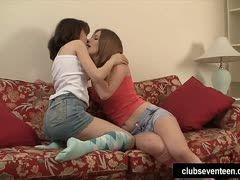 lesbische fingerspiele auf der couch